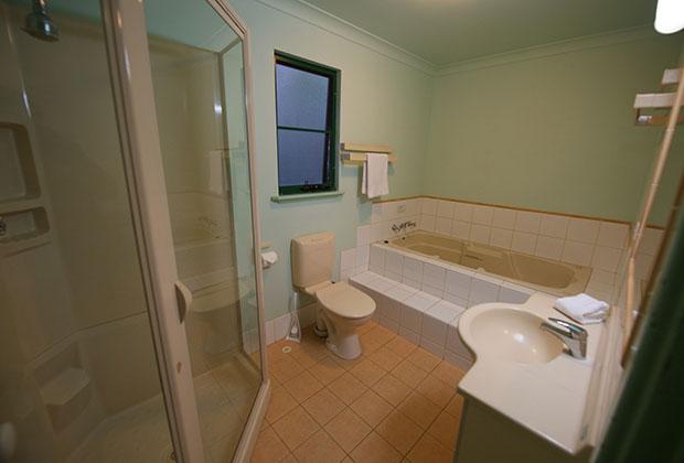 chalets-bathoom-with-spa-bath